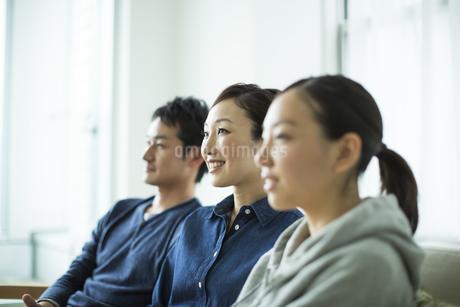 笑顔の3人家族の写真素材 [FYI01622849]