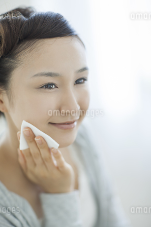 コットンを顔にあてるスキンケアイメージの写真素材 [FYI01622858]