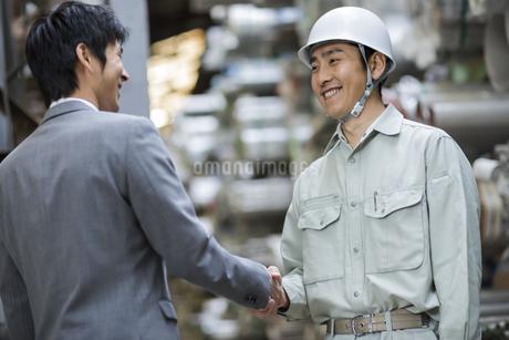 笑顔で握手をする男性社員の写真素材 [FYI01622864]
