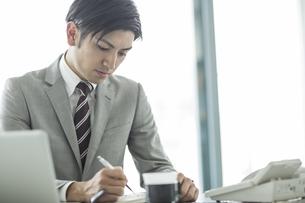デスクで仕事をするビジネスマンの写真素材 [FYI01622866]