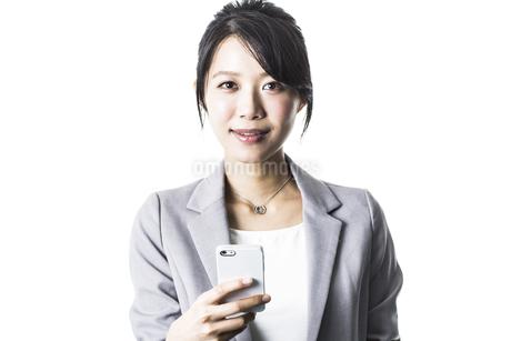 スマートフォンを持つビジネスウーマンの写真素材 [FYI01622874]
