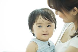 母親に抱っこされる赤ちゃんの写真素材 [FYI01622896]