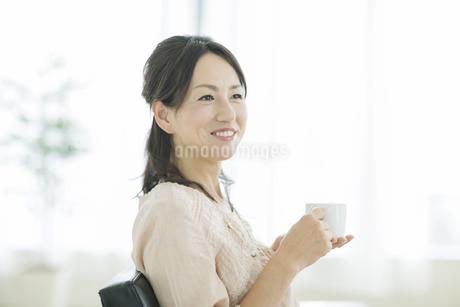 コーヒーカップを持つ女性の写真素材 [FYI01622898]
