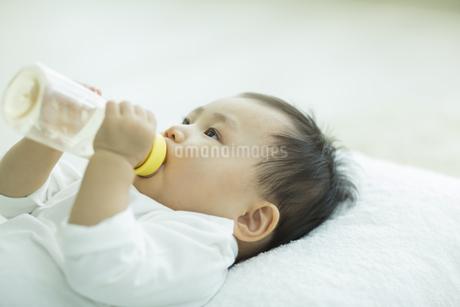哺乳瓶に入ったミルクを飲む赤ちゃんの写真素材 [FYI01622908]