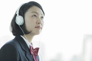 ヘッドフォンで音楽を聴く女子校生の写真素材 [FYI01622910]