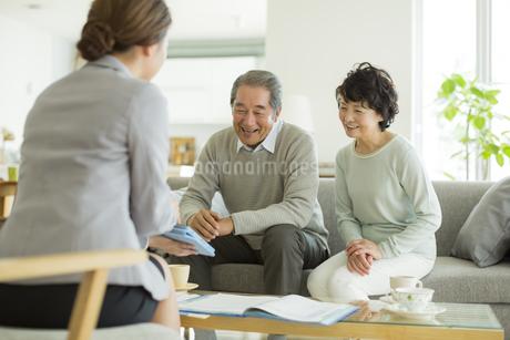 商談をするシニア夫婦とビジネスウーマンの写真素材 [FYI01622911]