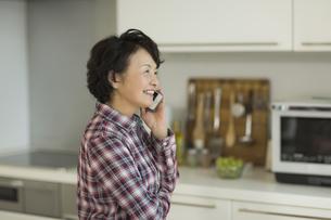 電話をするシニア女性の写真素材 [FYI01622913]