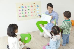 英語を学習する子どもたちの写真素材 [FYI01622914]