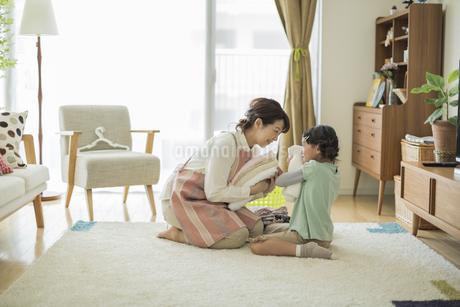 タオルを抱いて笑顔の親子の写真素材 [FYI01622915]