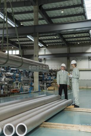 工場で働く2人の作業員男性の写真素材 [FYI01622916]