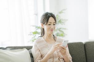 スマートフォンを操作する女性の写真素材 [FYI01622921]
