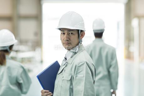 振り向く作業員男性の写真素材 [FYI01622927]