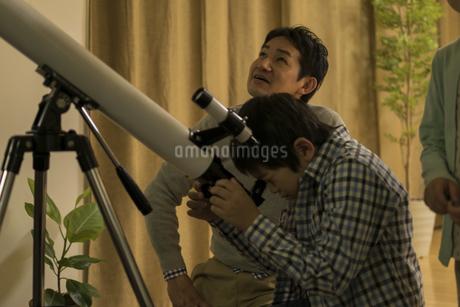 天体観測をする父親と子供たちの写真素材 [FYI01622933]