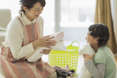 タオルを抱いて笑顔の親子の写真素材 [FYI01622935]