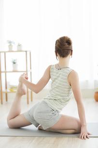 室内でヨガをする若い女性の写真素材 [FYI01622936]
