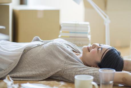 引っ越し作業中寝転ぶ女性の写真素材 [FYI01622937]