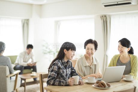 パソコンをする三世代家族の写真素材 [FYI01622938]