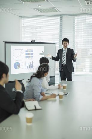 プロジェクターを使用した会議で説明をするビジネスマンの写真素材 [FYI01622940]