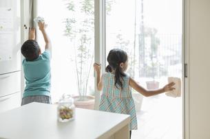 窓拭きをする兄と妹の写真素材 [FYI01622943]