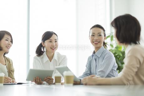 テーブルで打ち合わせをするビジネスウーマンの写真素材 [FYI01622945]
