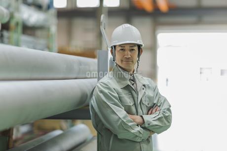 腕組みをする作業服の男性の写真素材 [FYI01622955]