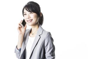 スマートフォンで通話するビジネスウーマンの写真素材 [FYI01622962]