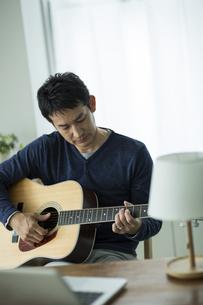 ギターを弾く男性の写真素材 [FYI01622965]