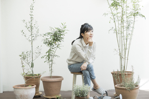 テラスで椅子に座る女性の写真素材 [FYI01622973]