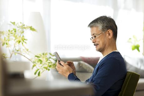 スマートフォンを操作するシニア男性の写真素材 [FYI01622982]