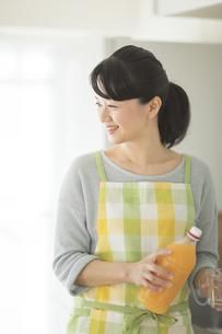 ジュースを注ごうとする女性の写真素材 [FYI01622995]