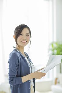 書類を持つ笑顔のビジネスウーマンの写真素材 [FYI01622996]