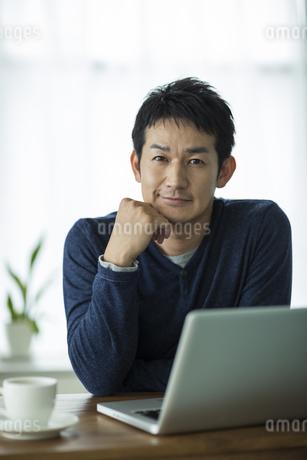 頬杖をつく男性のポートレートの写真素材 [FYI01623003]