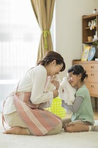 タオルを抱いて笑顔の親子の写真素材 [FYI01623007]