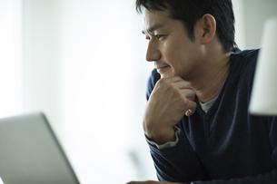 ノートパソコンを見る男性の写真素材 [FYI01623020]