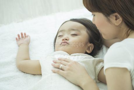 眠る赤ちゃんを見守る母親の写真素材 [FYI01623021]