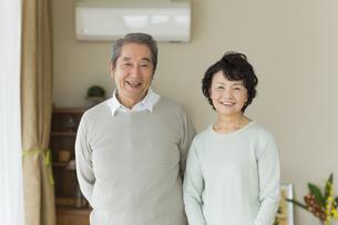 笑顔のシニア夫婦の写真素材 [FYI01623023]