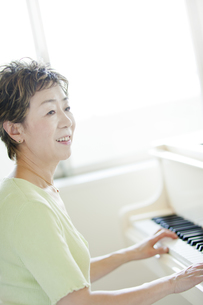 ピアノを弾く中高年女性の写真素材 [FYI01623037]