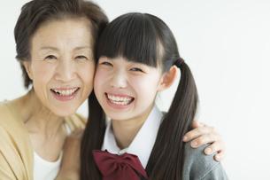 笑顔の祖母と孫の写真素材 [FYI01623042]
