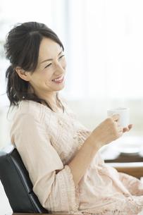 コーヒーカップを持つ女性の写真素材 [FYI01623058]