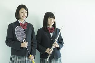 ラケットと楽器を持つ女子校生の写真素材 [FYI01623059]
