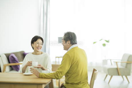 笑顔で会話をするシニア夫婦の写真素材 [FYI01623065]