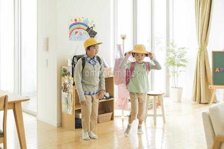 ランドセルを背負う兄と妹の写真素材 [FYI01623094]