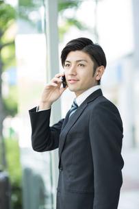 電話をするビジネスマンの写真素材 [FYI01623102]