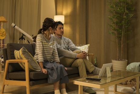 ソファーに座って会話をする夫婦の写真素材 [FYI01623104]