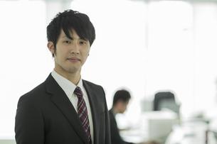 オフィスで笑顔の日本人ビジネスマンの写真素材 [FYI01623114]
