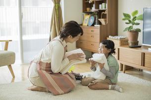 タオルを抱いて笑顔の親子の写真素材 [FYI01623117]