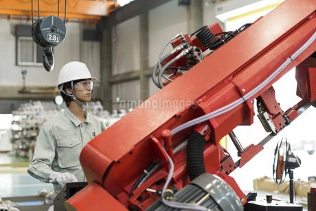 機械を操作する作業服の男性の写真素材 [FYI01623121]