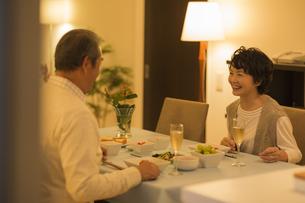 食卓で会話をするシニア夫婦の写真素材 [FYI01623127]