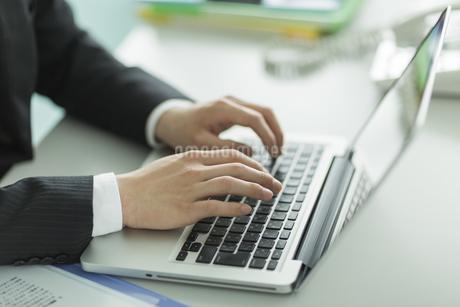 パソコンをするビジネスマンの手元の写真素材 [FYI01623139]