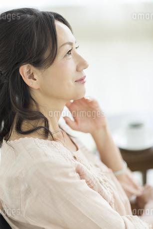 考える40代女性の写真素材 [FYI01623142]